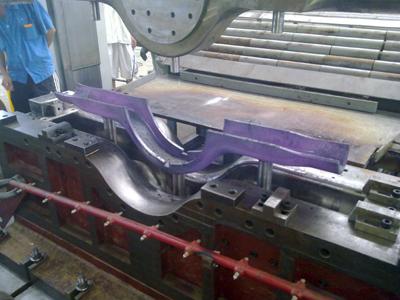 车桥半壳热压成型模具压制过程(成形)